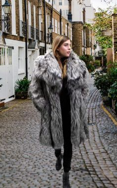 Sneaker Outfits, Fur Coat Fashion, Sheepskin Coat, Fur Wrap, Fox Fur Coat, Fur Jacket, Womens Fashion, Fashion Trends, Fashion Guide