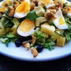 Æggesalat - romaine, blåbær, ananas, avocado, æg og karryristede cashewnødder med dressing af olivenolie, mandarinsaft og havsalt