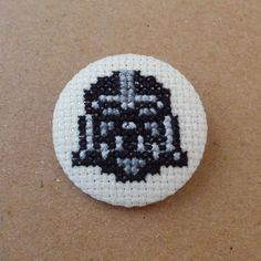 Star Wars cross stitch 31mm pinback button - Darth Vader - Embroidered geek brooch - www.petipoaneedlecraft.com