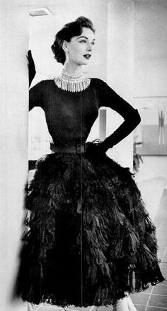 Designed by Traina-Norell in 1951 - 1950 Fashion - vintage Moda Vintage, Vintage Mode, Vintage Beauty, Vintage Glamour, 50s Glamour, Fifties Fashion, Retro Fashion, Vintage Glam Fashion, Club Fashion