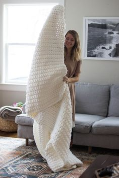 LEARN TO CROCHET: Chunky Blanket; Pull out that crochet hook you've got stashed away because I'm about to show you how to make the easiest, coziest, most rewarding blanket…ever. 5 Best Patterns for Crochet Beginners - Sewrella Crochet blankets are ideal Crochet Afghans, Crochet Stitches, Crochet Hooks, Plaid Au Crochet, Crochet Lace, Crochet Mandala, Hand Crochet, Chunky Blanket, Chunky Crochet Blankets