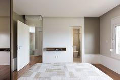 #quarto #casal #bedroom #couple #clean #modern #archtecture #arquitetura #design #swan #cadeira #tapete #veludo #quadro #art #arte #wallapaper #papel #de #parede #sanca #led #gesso #bancada #texture #textura #funcional #different #diferente #sobmedida #porcelanato #granito #madeira #wood #amadeirado #piso #lamp #luminaria #cinza #contemporaneo