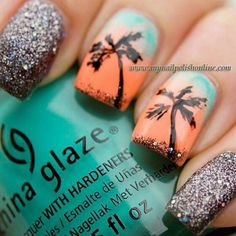 Uma unha mais verão, praia, o brilho lembra a areia, a textura, e os tons usados nas unhas desenhadas são ótimos, o laranja com tons de azul, e principalmente a palmeira!
