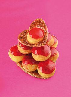 2013 - Mon chou - Christophe Roussel -     Dans cette création à partager en duo, les choux sont glacés d'un caramel rouge parfumé à la framboise, et garnis d'une crème légère et mousseuse à la vanille et à la rose. Délicieusement croquant, l'ensemble est décoré d'un cœur ajouré en nougatine.