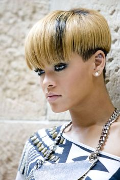 More Pics of Rihanna Bowl Cut - Hair Style Short Haircut Styles, Short Bob Haircuts, Short Hairstyles For Women, Trendy Haircuts, Black And Blonde, Short Blonde, Blond Bob, Golden Blonde, Estilo Rihanna