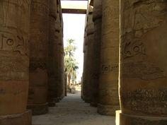 Allée centrale de douze colonnes de la Grande salle hypostyle, dans l'enceinte d'Amon-Rê à Karnak - Cette salle fut installée par Séthi Ier, peut-être autour d'une colonnade inaugurée sous Amenhotep III. Le plafond, aujourd'hui disparu, était soutenu par 134 colonnes aux chapiteaux papyriformes, ouverts ou fermés, qui donnent à l'ensemble l'aspect d'une véritable forêt de pierres. Les colonnes sont parfaitement alignées dans une immense salle de 103 m de long sur 53 m de large. Amon, Amenhotep Iii, Immense, Classical Architecture, Hui, Curtains, Decor, Big Top, Stones