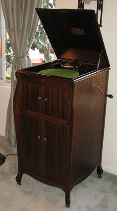 Antique Phonographs, Photos Gramophones, Victrolas, Photos & Information, Victor, Brunswick, Pathe, Columbia, Berliner, Victrola and other brands