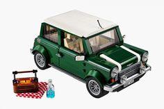 La petite brique de LEGO prend de la couleur, vert bouteille, pour cette superbe réplique de la Mini Cooper Mk VII qui fait pratiquement 10cm de long sur 5 de large.  Les designers de LEGO ont pensé à tous les détails avec les roues avant qui tournent avec le volant, le frein à main qui s'actionne, le toit qui s'ouvre pour découvrir l'intérieur et même le petit panier pour partir en pique-nique. Un vrai bijou de 1077 pièces, disponible en Août !