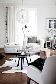 Entzuckend Wohnzimmer Einrichten Skandinavisch Modern Schlicht Monochrom Weiß Schwarz  Sessel Ikea Couchtisch Hocker Holzparkett Mooi Leuchte Dekoration