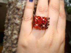 Swarovski Ring Smoked topaz and indian red bicone 4mm handmade anillo swarovski rojo y cafe seed beads By @chiiica_ via: http://chicadecrystal.blogspot.com/2011/05/un-paseo-con-un-anillo-especial.html