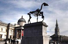 Trafalgar square: 4ème socle laissé vide, investi depuis 1999 par des œuvres d'art contemporain 1gift horse by hans haacke 009