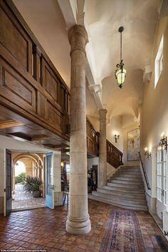 Up dhe larg: Një shkallë është parë duke çuar drejt një kat të lartë brenda Villa Santa Lucia