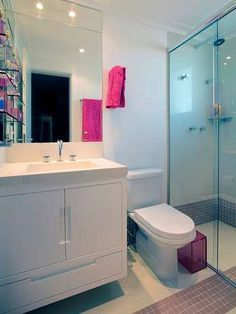 Se o seu banheiro � pequeno, n�o precisa deix�-lo totalmente branco para evitar aspecto menor. Alguns detalhes coloridos, como mostra a foto, s�o bem-vindos. O projeto � da J�ia Bergamo  Foto: Divulga��o