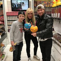 Backstreet Boy Brian Littrell and family stop by Sugar Factory in the Miracle Mile shops Brian Littrell from the Backstreet Boys and His family stopped by Sugar Factory in the Miracle Mile shops, Las Vegas last night around 10:00pm. They were having a blast. Brian and His wife Leighanne Wallace sipped on a Sour Patch …