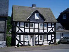 Fachwerkhaus gegenüber der Einfahrt zu Schloss Berleburg