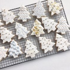 - I've had a really busy day today, thanks so much for Second post of my winter theme, thanks for all the support:) These cookies look so nice ahhhh - cookies or cakes? Christmas Sugar Cookies, Christmas Snacks, Christmas Mood, Christmas Goodies, Holiday Cookies, Holiday Baking, Christmas Desserts, Christmas Baking, Royal Icing Cookies