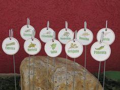 Plaquinhas de cerâmica para identificação de ervas, temperos e decoração de vasos, floreiras, hortas, pomares, bosques, canteiros e jardins.  Acabamento em pátina provençal estampada através de transferência artesanal e verniz especial. Acompanha haste de arame gavanizado (fio 14).   Venda mínima: quatro peças.  Você pode escolher entre as seguintes opções: Alecrim - Cebolinha - Cidreira - Hortelã - Manjericão - Orégano - Pimenta - Salsa - Sálvia - Tomilho - Cuida bem de mim.  Dimensões…