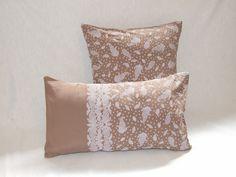 Housse de coussin 50 x 30 cm, effet patchwork, tissu marron clair motifs arabesques blancs : Textiles et tapis par papoulina