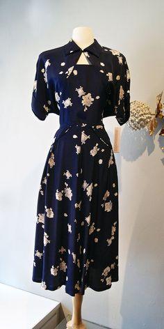 Do pretty Rayon Dress / Vintage Novelty Print Rayon Dress Cuckoo Clocks Waist 34 Fashion Moda, Retro Fashion, Vintage Fashion, Fashion News, 1930s Fashion, Fashion Hacks, Victorian Fashion, Gothic Fashion, Fashion Fashion