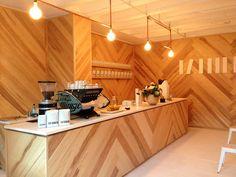 Father Coffee, au cœur du quartier arty de Johannesbourg, est un nouveau bar à expresso spécialisé dans la torréfaction du café, et à la décoration inspirée du design scandinave.