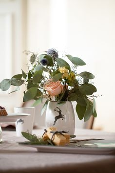 Ein besonders schönes Plätzchen finden Blumen in der handgefertigen Vase im Design Grauer Hirsch #handgefertigt #handmade #pottery #tableware #deko #interior #inspo #madeinaustria #craftmanship Vase, Plants, Design, Handmade, Flowers, Deco, Nice Asses, Plant