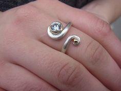 """Wirklich schön wie der Ring sich umden Finger windet.  Ring """"Kurvig""""  (Zirkonia) von GoldschmiedeNorwinVitten auf DaWanda.com"""