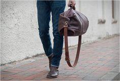 Estamos adorando esta bela bolsa feita por artesãos de couro daGo Forth Goods, a bolsa perfeita para um fim de semanaou uma semana longa de viagem. A bolsaGunnar Duffleé trabalhada a partir de couro encerado, um couro
