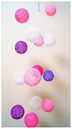 糸玉で作成したのはやっぱりモビールです(^^)紫色の糸玉がチラリ。クルクルフワフワかわいいです(^^)【材料】糸 ボンド テグス カニカン 輪っか ワイヤー*糸玉はとても繊細です。取り扱いには十分ご注意ください。(強い衝撃を、与えなければ大丈夫です^^)*糸玉を作成するのに時間を要します。少しずつ作品を登録していきたいと思っています。*他のサイトでも販売していますのでいきなり展示品に変わることがあります。ご了承くださいませ。