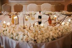 Glamour - przepych, wspanialosc, wszystko ma ściśle określone i zaplanowane miejsce. ślub wesele trendy inspiracje dekoracje ślubne i weselne wesele w stylu glamour glamour na ślubie i weselu złoty srebrny złoto srebro tło za parą młodą backdrop kwiaty na wesele i ślub Table Decorations, Home Decor, Decoration Home, Room Decor, Home Interior Design, Dinner Table Decorations, Home Decoration, Interior Design