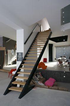 Stalen trap met eikenhouten treden. Deze prachtige trap gemaakt bij Indoor Steel loopt van smal naar breed.