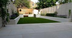 aménager son jardin moderne avec gazon, plantes vertes et fleurs