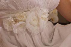 SOB ENCOMENDA - PRAZO PARA PRODUZIR ATÉ 5 DIAS ÚTEIS  **Faixa exclusiva O Santo Casamento**  Esta faixa pode ser feita em qualquer combinação de cores  :: Apresentação  Faixa em cetim branco com flores em tons de branco feitas à mão, no centro das flores pérolas e em dois ramos que dão um lindo charme nesta faixa incrível para vestido.   Esta é uma peça chique para complementar o seu belo vestido de casamento.   *** Você precisa de uma cor específica para o seu casamento? Você precisa de ...