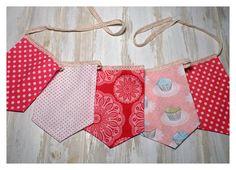 Banderines confeccionados con telas importadas combinados con detalles de puntillas y cintas estampadas. Ideales para decorar el cuarto de los mas chiquitos!