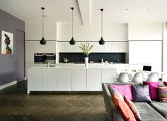 witte keuken met parket en kleurrijk interieur. Meer foto's op: http://www.interieurdesigner.be/blog/detail/moderne-aanbouw-met-plat-dak