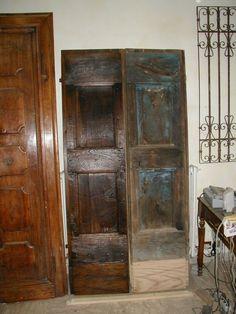 Un vecchio portoncino antico, nato ed usato per l'esterno, percio' solcato dall'acqua, consumato e bruciato dagli U.V., nelle due fasi prima e dopo il restauro.