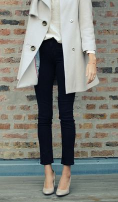 Light grey trench, black skinny jeans, neutral pumps.