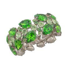 Die Armspange Glowy ist aus versilbertem Messing gearbeitet und mit Swarovski-Steinen in verschiedenen Grüntönen gefasst . Ein Hingucker am Handgelenk – als Colour-Blocking Element oder Farbakzent zu cleanen Outfits.