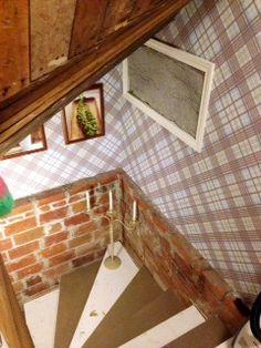 Kellarin portaikko. Seinän tiilet ovat vanhoja ja käsin muurattuja. Tapetti Vivienne Westwood. Kynttelikkö DonGoffo