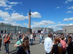 Der Palastplatz mit der Siegessäule und der Eremitage im Hintergrund.