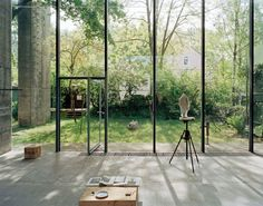 The atelier of the German sculptor Hermann Rosa, located in Munich, was designed by the owner himself. The concrete and glass minimalistic interior is the perfect canvas for the artwork of Rosa. Bedroom Minimalist, Minimalist Interior, Houses Architecture, Interior Architecture, Exterior Design, Interior And Exterior, Atelier Loft, Nature Green, Indoor Outdoor