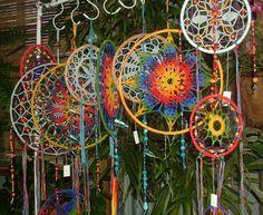 Crochet Dream Catcher Patterns, Tutorials and Inspiration – Crochet Patterns, How to, Stitches, Guides and Crochet Dreamcatcher Pattern Free, Crochet Mandala Pattern, Freeform Crochet, Crochet Art, Crochet Crafts, Crochet Projects, Crochet Patterns, Los Dreamcatchers, Dream Catcher Patterns