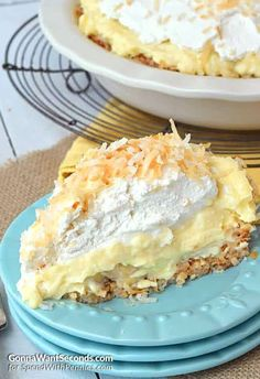 banana pie Coconut Banana Cream pie is loaded with a triple dose of coconut, a from scratch homemade custard & a decadent coconut crust. Kokos Desserts, Coconut Desserts, Köstliche Desserts, Coconut Recipes, Banana Pie, Banana Coconut, Banana Cream, Coconut Cream, Pie Coconut