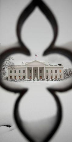 La Casa Blanca en Washington, EEUU, vista a través de la valla. La caída de una fuerte nevada durante la noche, el área metropolitana, provocó algunos problemas, entre ellos el cierre de escuela. PABLO MARTINEZ MONSIVAIS (AP)