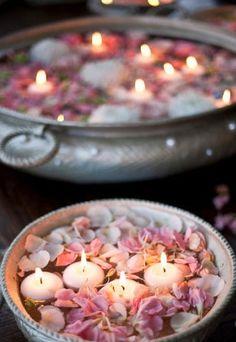 VELAS DA PAIXÃO | este pode ser o enfeite ideal para decorar o seu banheiro no dia dos namorados: recipiente com água, mini velas e pétalas de flores.  #love #dicaTecnisa #diadosnamorados #amor #decoração #loveisinthehouse #Tecnisa Foto: Babble