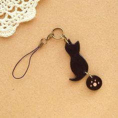 【ストラップ/キーホルダー* 黒猫 * 黒レザー】1,400円黒いヌメ革(牛革)で、猫を作り、携帯ストラップ/キーホルダーにしました。猫は、フリーハンドで猫の... ハンドメイド、手作り、手仕事品の通販・販売・購入ならCreema。