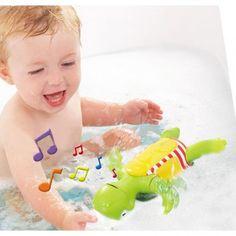 Was kommt bei Euch mit ins Wasser? Die klassische Badeente im Piratenlook oder die Schildkröte Plantschi, die auf dem Rücken rudernd ein Lied singt? Tolle Wasserspielzeuge für große und kleine Wasserratten zeigen wir Euch hier: