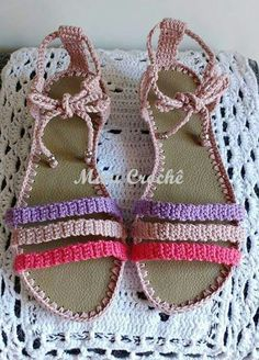 Crochet Sandals, Crochet Boots, Crochet Slippers, Diy Crochet, Knit Shoes, Sock Shoes, Crochet Designs, Crochet Patterns, Crochet Flip Flops