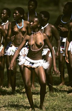 Zulu girls. Virgins promoting chastity in traditional dance. Fight against AIDS. KwaZulu-Natal, South Africa (KZN)