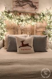 Farmhouse Christmas decor and rustic Christmas decor are a beautiful way to decorate for the holidays. They bring warmth and coziness to every home. Christmas Time Is Here, Christmas Night, Noel Christmas, Christmas Garlands, Christmas Design, Christmas Ideas, Classy Christmas, Christmas Trends 2018, Snowflake Christmas Lights