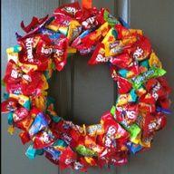 Candy wreath - Just a Pic Candy Arrangements, Candy Centerpieces, Lollipop Decorations, Gift Bouquet, Candy Bouquet, Christmas Candy, Christmas Crafts, Christmas Decorations, Xmas